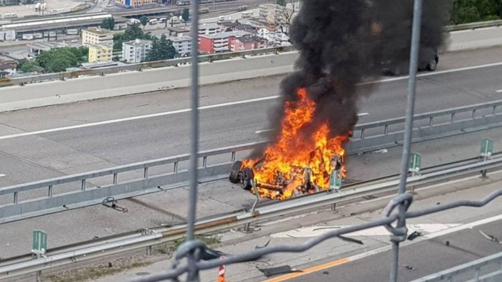 Das Elektroauto brannte nach dem Unfall auf der A2 im Tessin am Donnerstag vollständig aus. Der Fahrer kam ums Leben.