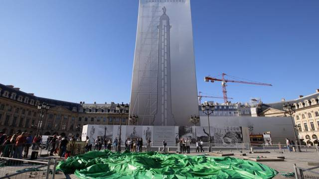 Die Luft bleibt draussen: Umstrittenes Kunstwerk in Paris am Boden
