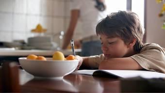 Lustlos oder überfordert? Wegen den Hausaufgaben kommt es zu Konflikten zwischen Eltern und Kind.