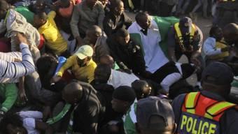 Fans drücken in Johannesburg ein Gitter ein