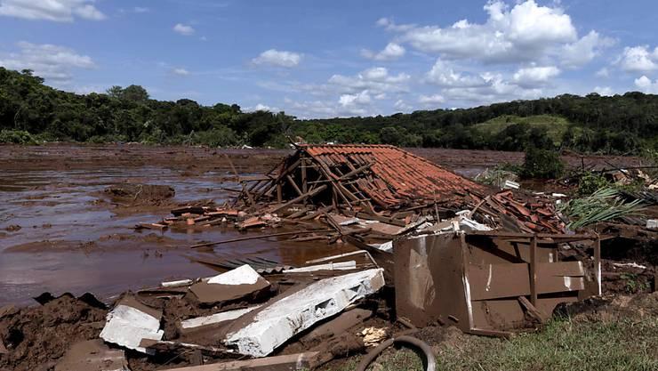 Ein Schlammlawine nach einem Dammbruch hat am Freitag in Brasilien zahlreiche Häuser unter sich begraben.