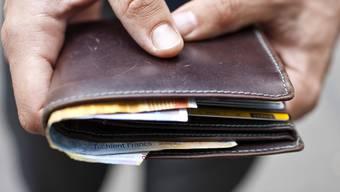 Der Täter rempelte sein Opfer an, nahm sich dessen Geldbeutel und verschwand. (Symbolbild)