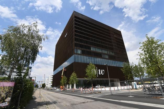 Der Neubau von Aussen. Tatsächlich ist das Gebäude fast ein gleichförmiger Würfel.