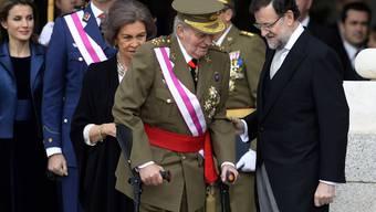 Juan Carlos hat es derzeit nicht einfach beim Volk. Auch beim Gehen ist er auf Krücken angewiesen.