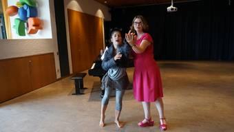Vera Wenkert zeigt Kathrin Bucher, wie sie sich bewegen kann, um eine Rolle im Musical Cats optimal darzustellen.