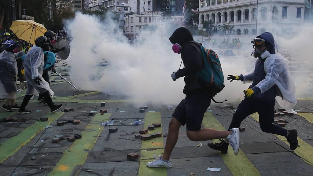 Polizei in Hongkong droht Aktivisten mit scharfer Munition