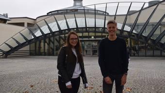 Die Gewinner des Aufsatzwettbewerbs, Jasmin Pfeuti und Pascal Aczel, vor der Kantonsschule Wohlen.
