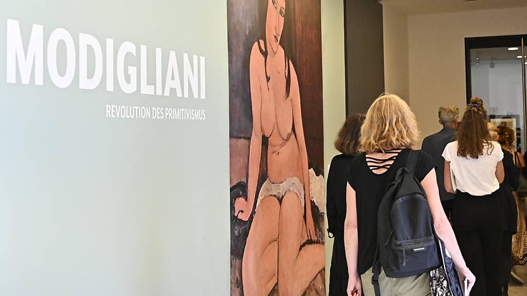 Besucherinnen und Besucher stehen am Eingang der Wiener Albertina anlässlich einer Presseführung zur Ausstellung «Modigliani - Picasso. Revolution des Primitivismus». Foto: Hans Punz/APA/dpa