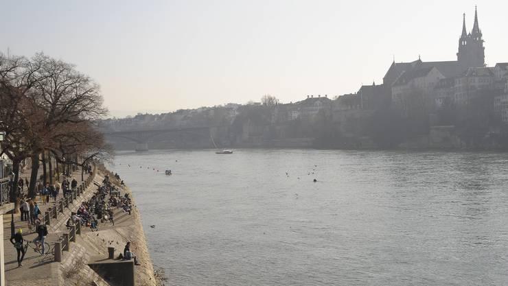 Der Jugendliche, der kopfüber in den Rhein fiel, wurde noch immer nicht gefunden. (Symbolbild)