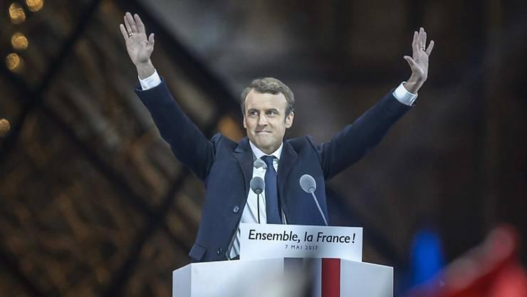 Emanuel Macron jubelt als neuer Präsident Frankreichs.