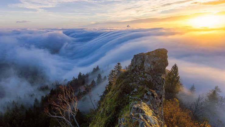 An der Belchenflue unweit von Olten scheint das Nebelmeer in die Tiefe zu stürzen. Bild: Lukas Schlagenhauf