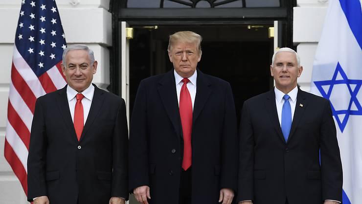 US-Präsident Donald Trump (Mitte) hat die von Israel annektierten syrischen Golanhöhen formell als Staatsgebiet Israels anerkannt. Er tat dies während des Besuchs des israelischen Ministerpräsidenten Benjamin Netanjahu (links) in Washington.