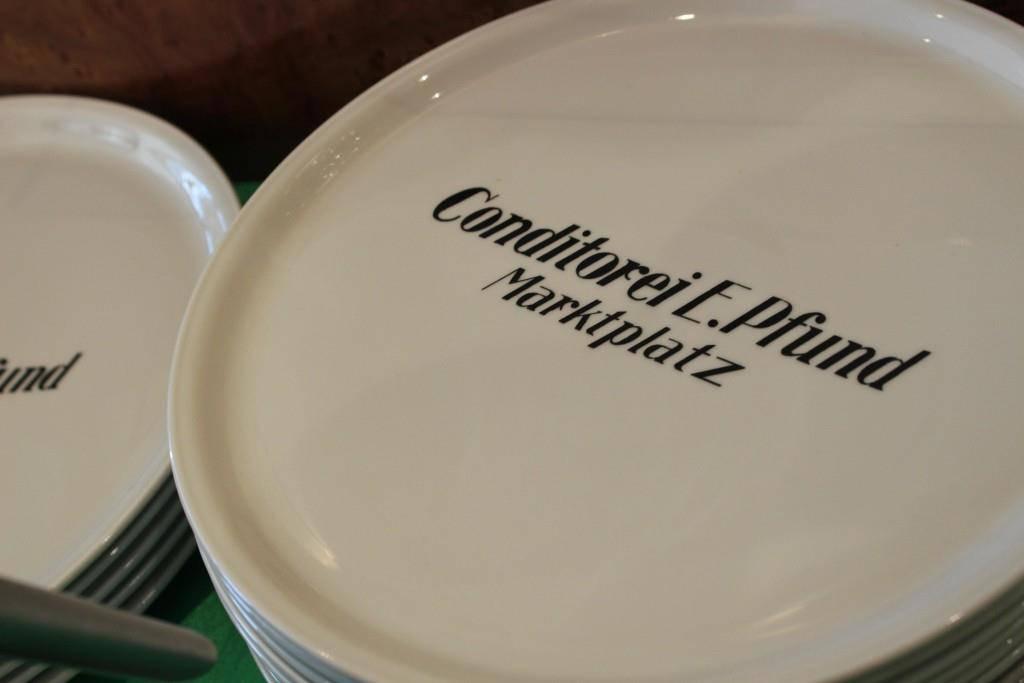 Viele Kunden kaufen sich einen gravierten Teller als Andenken an die Confiserie