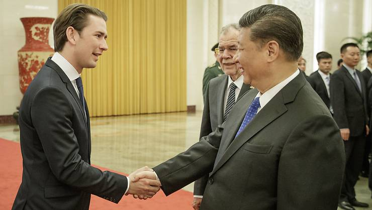 Der österreichische Bundeskanzler Kurz (links) beim Empfang durch den chinesischen Staatspräsidenten Xi Jinping am Sonntag in Peking.