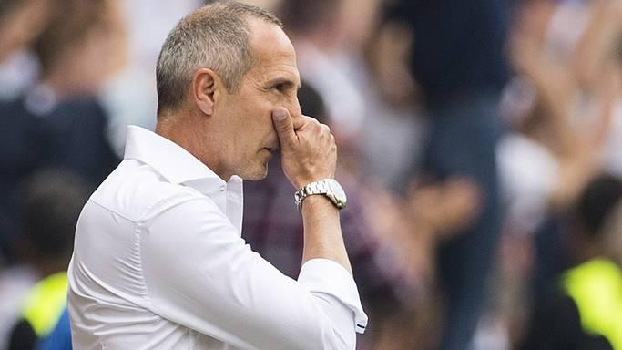 YB Cheftrainer Adi Hütter greift sich frustriert an die Nase.