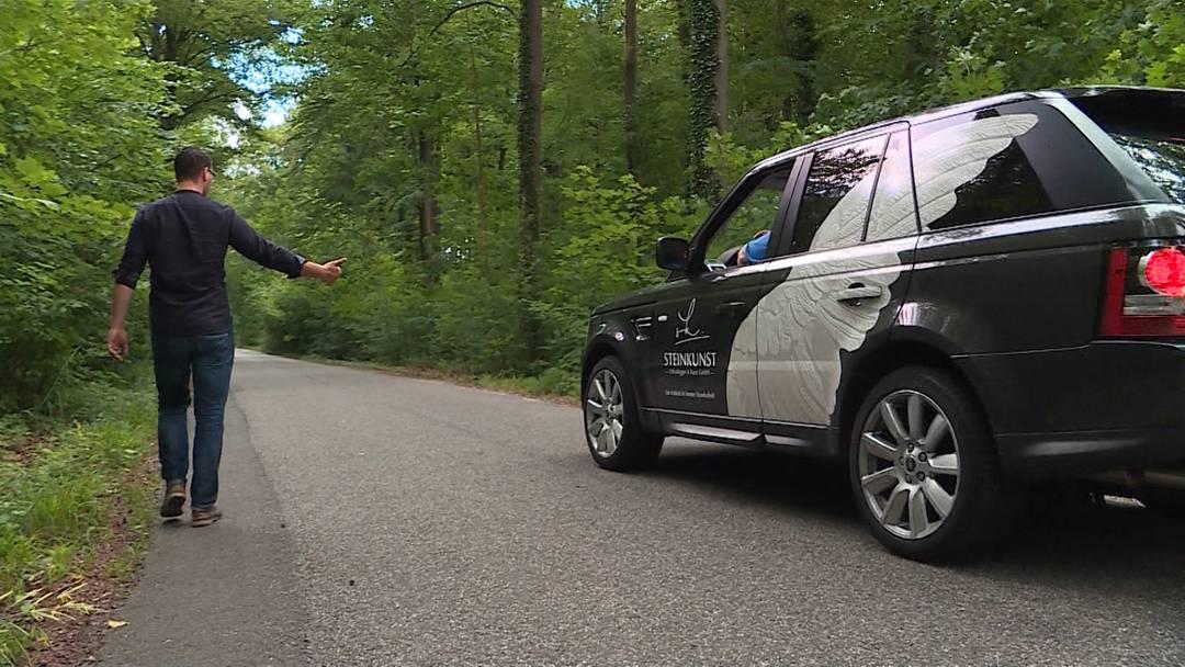 Anhalter mitgenommen: Fahrer wird mit Messer bedroht