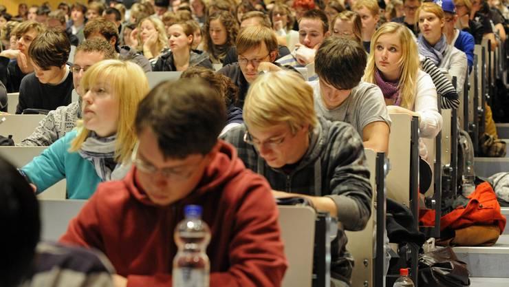 Onlinekurse sollen Asylsuchende auf das Studium an Schweizer Universitäten vorbereiten. (Symbolbild)
