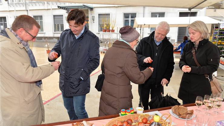 Munteres Eiertütschen: Heinz Westreicher und François Scheidegger, Tony Broghammer mit einer Passantin und Veronika Scheidegger.