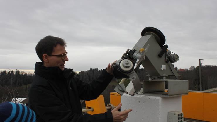 Sascha Nussbaumer von der Jura-Sternwarte erklärt Einrichtungen zur Sonnenbeobachtung.