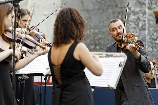 Die russische Sopranistin Julia Lezhneva eröffnete zusammen mit dem russischen Geiger Dmitry Sinkovsky (rechts im Bild) die 10. Lenzburgiade auf Schloss Lenzburg.