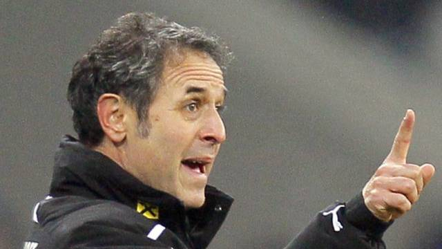 Österreichs Schweizer Coach Marcel Koller gibt Anweisungen.