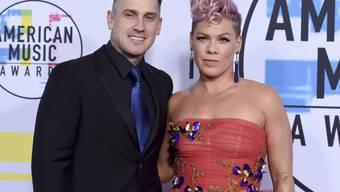 Fans in Aufruhr: Carey Hart (links) - hier mit seiner Ehefrau, der US-Sängerin Pink - postete auf Instagram einen fragwürdigen Kommentar zu einem Bild seines kranken Sohnes. (Archivbild)