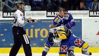 In den Playoffs wird gekämpft bis zum Umfallen. Hier: Flyers-Verteidiger Jim Vandermeer (rechts hinten) ringt Davos-Stürmer Gregory Sciaroni im letztjährigen Playoff-Viertelfinalduell nieder.