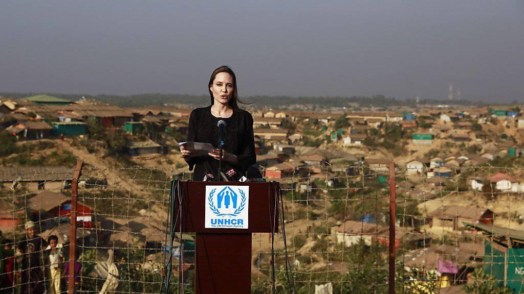 Die US-Schauspielerin und Regisseurin Angelina Jolie machte sich in einem Flüchtlingslager in Bangladesch ein Bild von der Lage der Flüchtlinge.