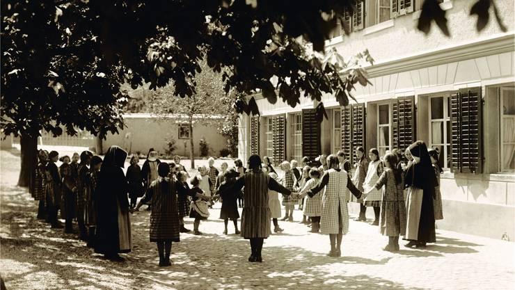 Der Blick zurück in alte Zeiten: Dieses Bild wurde in den 1940er-Jahren aufgenommen. Es zeigt, wie die Ordensschwestern gemeinsam mit den Heimkindern spielen. zvg