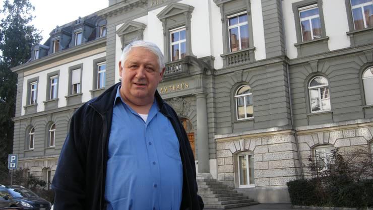 Das Opfer: Der Schüpfer «Löwen»-Wirt Fritz Meier auf dem Weg ins Bieler Amthaus.