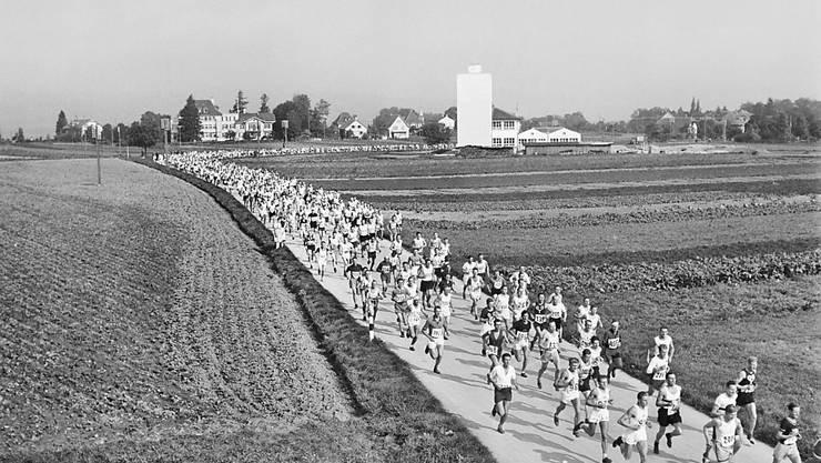 Der Murtenlauf war bereits 1944 in Klassiker. Das Feld läuft durch das Dorf Courtepin.