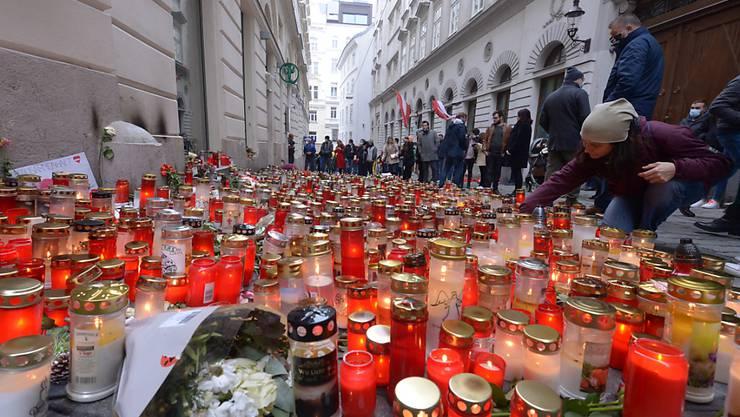 Menschen gedenken mit Kerzen und Blumen der Opfer des Terrorangriffs am 2. November in der Wiener Innenstadt. Foto: Herbert Pfarrhofer/APA/dpa