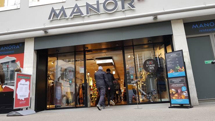 Manor in Solothurn am Black Friday. Im Ladeninnere ist Sicherheitspersonal postiert.