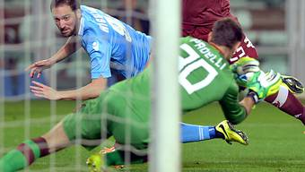 Napolis 1:0-Schütze Gonzalo Higuain prüft Torinos Hüter Pdelli.