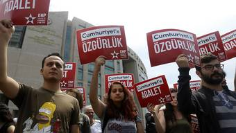 """""""Gerechtigkeit und Freiheit für Cumhuriyet"""", forderten Demonstranten mit Plakaten vor dem Gericht in Istanbul."""