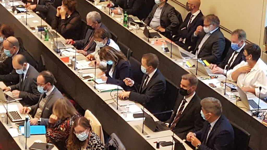 Die Mitglieder des Bündner Parlaments tagen Schulter an Schulter und tragen Masken. Am Montag begann in Chur die Oktobersession.