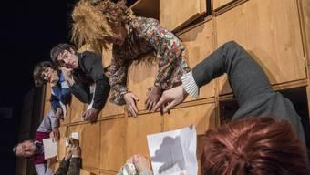 """Szene aus """"Das Lehrerzimmer - eine Passion"""" im Basler Vorstadttheater."""
