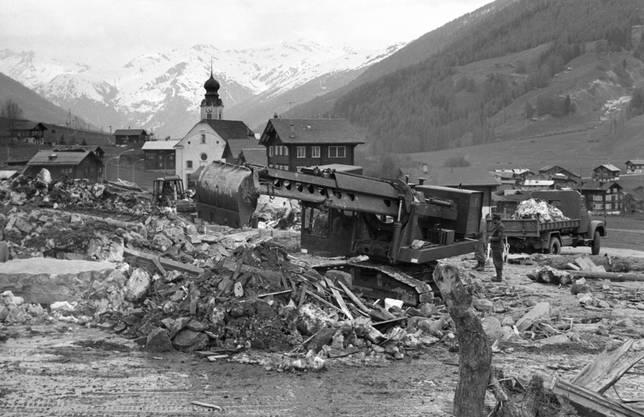 Innerschweizer Soldaten beseitigen die letzten Trümmer des Lawinenunglücks von Reckingen.