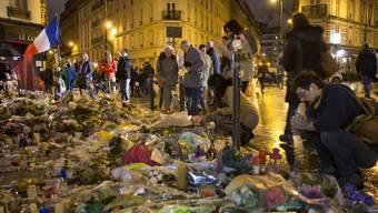 Die Pariser gedenken vor dem Hotel Carillon den Opfern der Anschläge.