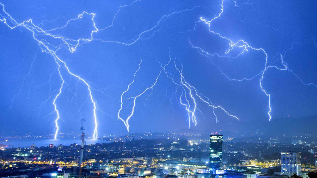 Gewitter mit zahlreichen Blitzen gab es diesen Sommer weniger häufig als im vergangenen Jahr. (Symbolbild)