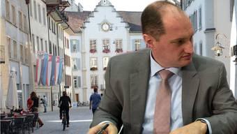 Stadtschreiber Daniel Roth vor dem Aarauer Rathaus (Fotomontage)