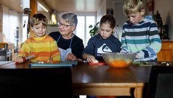 Rosmarie von Allmen mit ihren Grosskindern (von links) Johannes, Magdalena und Jakob.