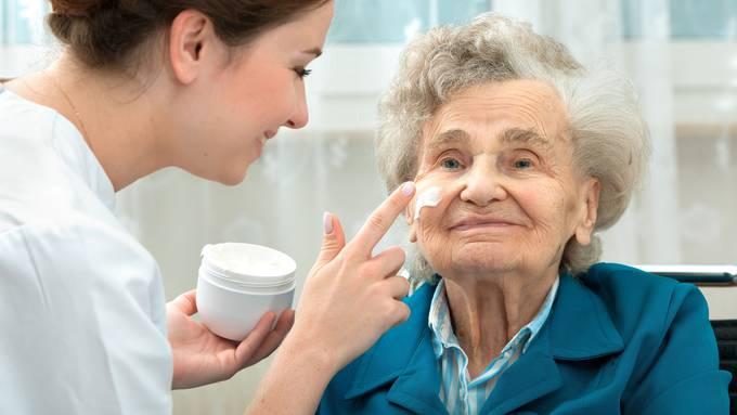 Allein in der Alterspflege befürchtet der Verband Santésuisse bis 2030 einen Kostenschub von fünf Milliarden.