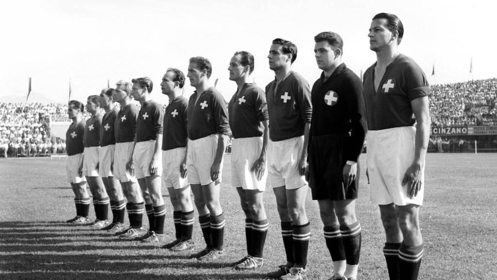 Die Schweiz mit Captain Roger Bocquet und Goalie Eugène Parlier (von rechts) formiert sich auf der Lausanner Pontaise.