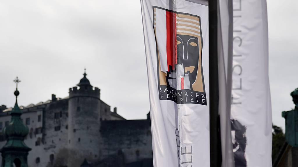 ARCHIV - Die Fahne mit dem Logo der Salzburger Festspiele vor der Festung Hohensalzburg. Foto: Barbara Gindl/APA/dpa Foto: Barbara Gindl/APA/dpa