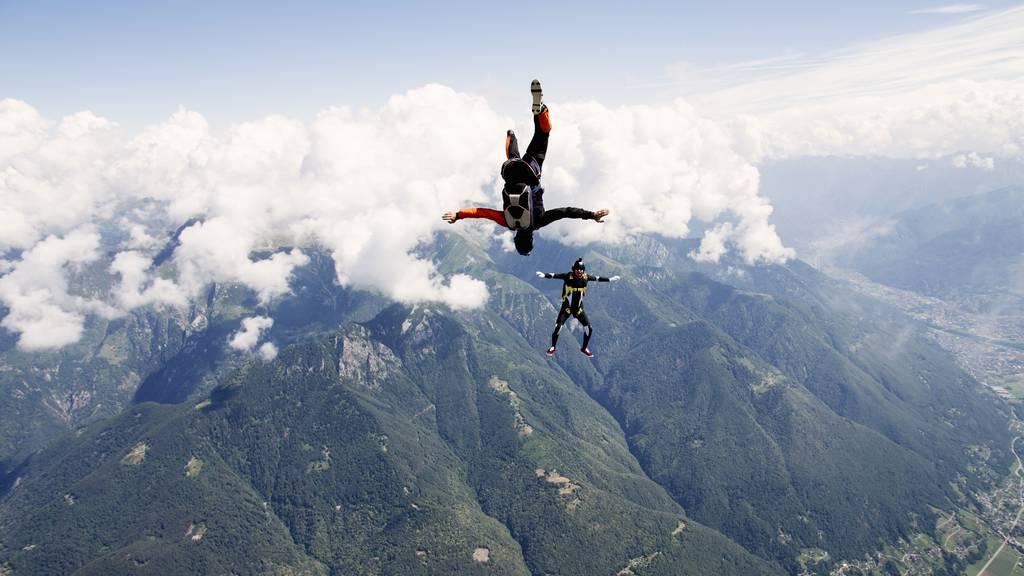 Fallschirmspringer prallen in der Luft zusammen – 46-Jähriger verliert Bewusstsein