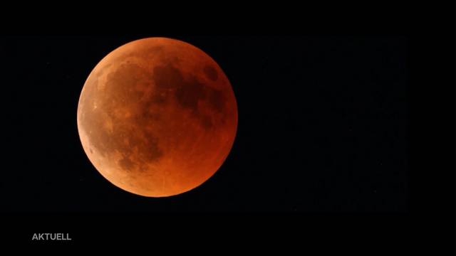 Aller Augen am Himmel: Blutrotes Jahrhundertspektakel fasziniert