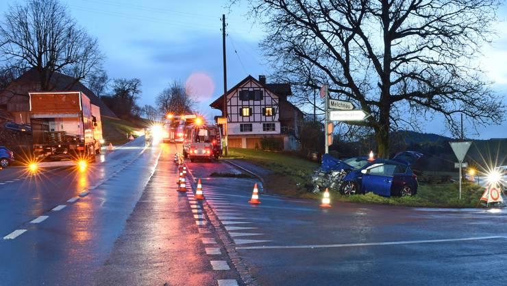 Das Auto wurde bei der Kollision mit dem Lastwagen nach vorne geschoben, wo es zusätzlich gegen einen Signalträger prallte.