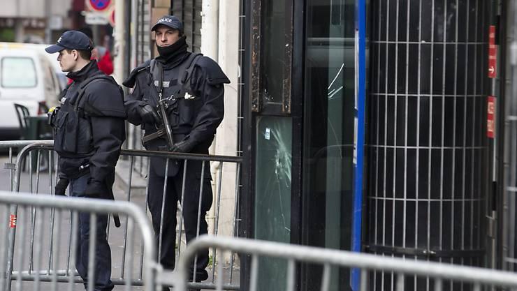 Polizisten vor einer Pariser Polizweiwache. Der Ausnahmezustand in Frankreich nach den Anschlägen von Paris ist laut der französischen Justiz konform. (Archiv)