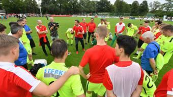 Trainer Dariusz Skrzypczak findet nach der bitteren 0:3-Niederlage in Münsingen aufbauende Worte für seine Spieler.